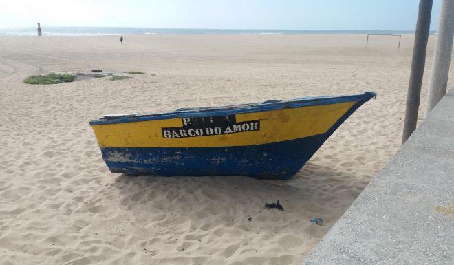 67_lugares_comuns_barco_amor_praia_aguda